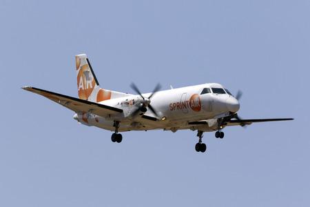 マルタ国際空港、マルタ 2017 年 6 月 29 日: スプリント空気サーブ 340A(F) [SP 京都薬科大学] 着陸滑走路 31、貨物便でマルセイユ、フランスから到着し 報道画像
