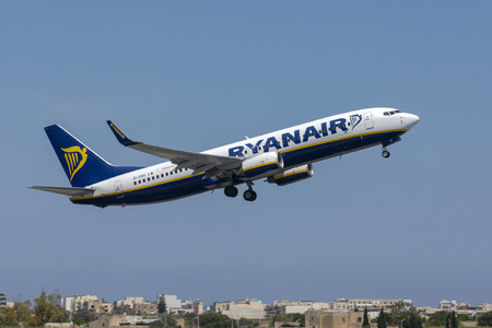 Luqa, Malta - April 18, 2019: Ryanair Boeing 737-8AS (EI-ENV) on departure from Malta, runway 13. 新聞圖片