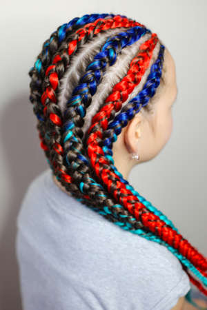 two-color boxing braids with kanekalon on the head of a girl on Imagens