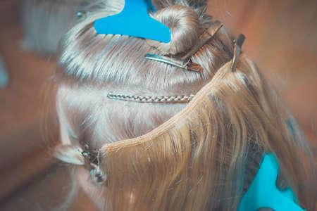 estensione dei capelli sulla treccia in modo hollywoodiano, stile africano, maestro nel processo di lavoro passo dopo passo