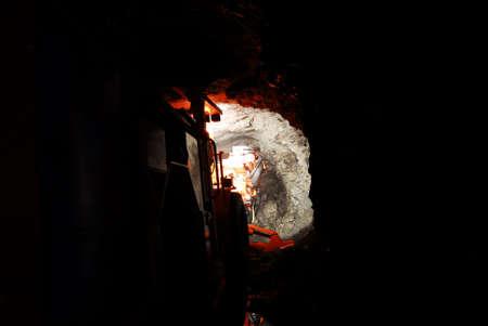 dovere: pesanti mia macchina di lavoro all'interno di una miniera scuro albero  Archivio Fotografico