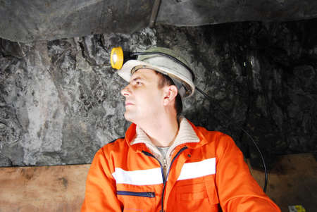 taschenlampe: Miner Profil in einem Bergwerk Schacht hat Foto auf Lager