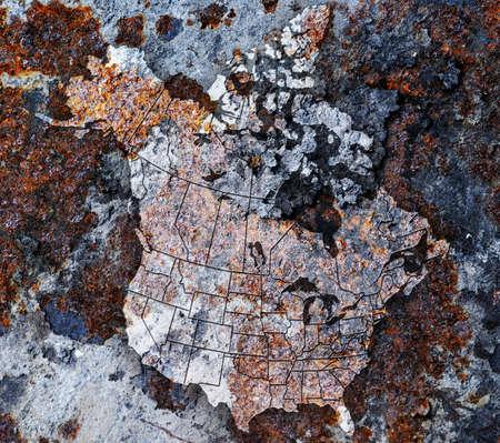residuos toxicos: Placa de metal oxidado con el rastreo de América del Norte