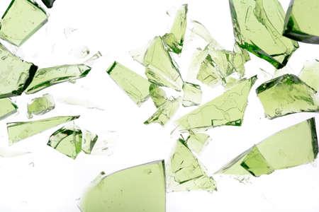 glass broken: Fragmentos de vidrio verde aislado en blanco Foto de archivo