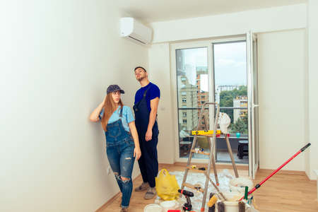 Young married couple in his new apartment prepare to painting walls Banque d'images - 116922997