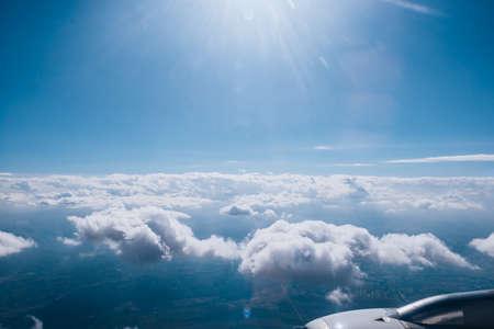 Malerischer Blick über den Wolken während eines kommerziellen Fluges