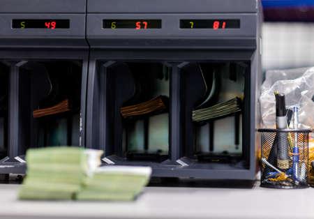 Elektronischer Schalter für Bargeld mit mehreren Slots in der Treasury-Abteilung Standard-Bild