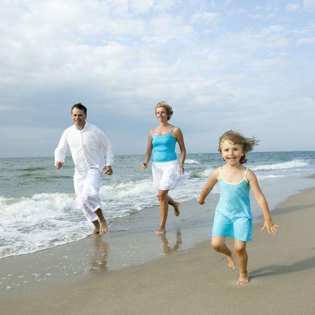 familia jugando: Familia feliz jugando en la playa Foto de archivo