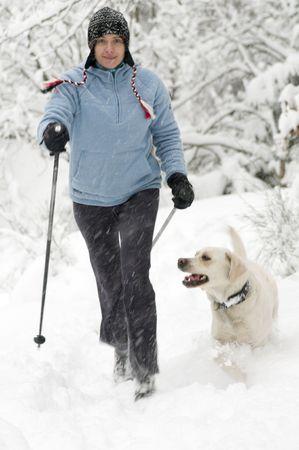 walking alone: Nordic Walking en la nieve Foto de archivo
