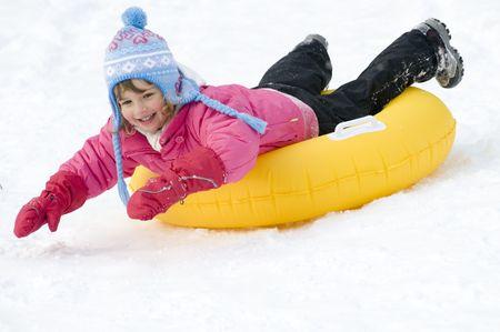 rutsche: Kinder spielen auf Schnee Lizenzfreie Bilder