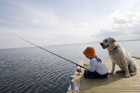 femme et chien: P�che Banque d'images