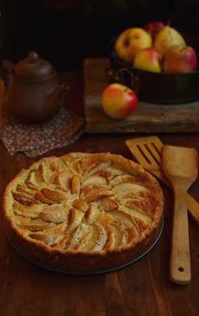 stile country: Una torta di mele in stile rustico con le mele giallo-rosso