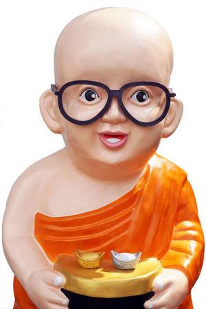 limosna: Ni�o estatua del monje usan unas gafas. �l sostiene limosnas rueda con el dinero y el oro. di-corte aislado en el fondo blanco Foto de archivo