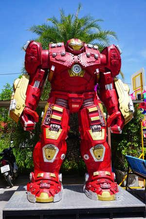 la playa de Hua Hin, Tailandia - 18 de julio 2016: parque temático de acero Robots de metal reciclado en Hua Hin Tique espectáculo de animales: Modelo Avenger Hombre de Hierro