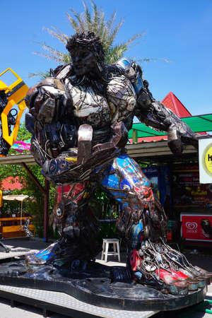 la playa de Hua Hin, Tailandia - 18 de julio 2016: parque temático de acero Robots de metal reciclado en Hua Hin Tique espectáculo de animales: Modelo de Iron Patriot