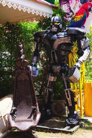 la playa de Hua Hin, Tailandia - 18 de julio 2016: de acero de metal reciclado Robots modelo de parque temático en Hua Hin Tique espectáculo de animales