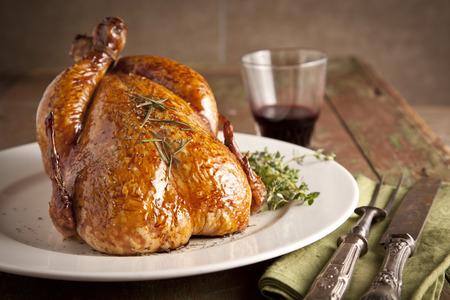 Gegrillte Truthahn und verschiedene Gemüse auf Holzplatte für Weihnachten und dankgeben Tag Standard-Bild