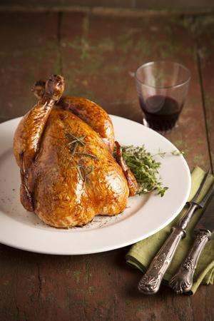 gourmet dinner: Pavo a la parrilla y varios veh�culos en la placa de madera para la Navidad y acci�n de gracias d�a