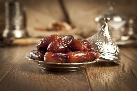 frutas secas: Frutas secas de palmeras datileras o kurma, el ramadán (ramazan) alimentos Foto de archivo