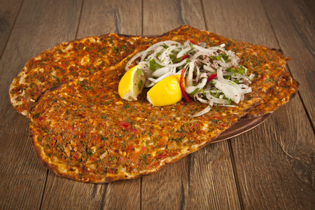 Turkish specialty pizza lahmacun pide with parsley and lemon Banco de Imagens - 31504867