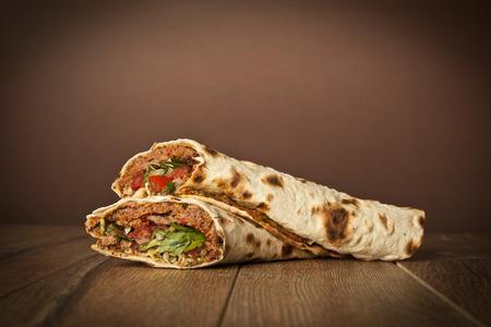 Doner Adana Kebab met Lahmacun Stockfoto