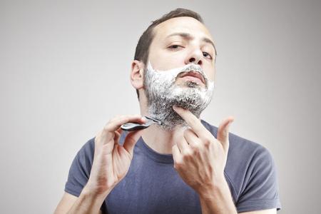 hombre afeitandose: Joven de afeitar