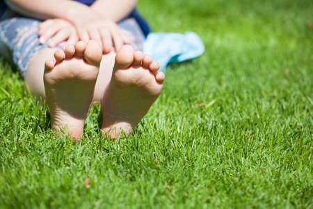 dzieci dziewczyna stóp trawa tło Zdjęcie Seryjne