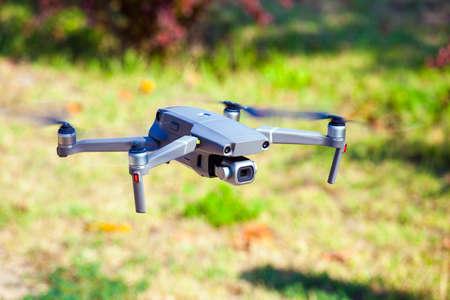 Quadcopter fliegen Gras Hintergrund