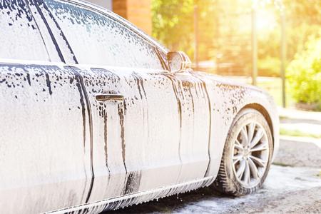 Manuelle Autowäsche. Luxusfahrzeug mit weißem Schaumwaschmittel waschen. Autowerkstatt Selbstbedienung Standard-Bild