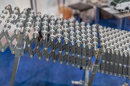 Flexible verstellbare Rollenbahn. Tragbare innovative Produkttransporttechnologie für Fabrik- und Logistikunternehmen.