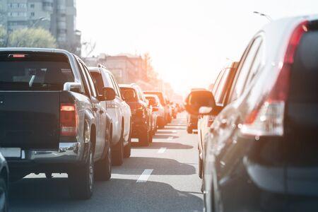 Avond verkeersopstopping op drukke stad snelweg. Rijen auto's staan op de weg als gevolg van een ongeluk met een verplettering. De spitsuurscène van de zonsondergangmetropool.