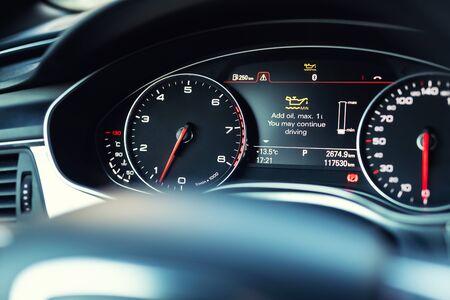 Tableau de bord à écran couleur de voiture de luxe avec message d'avertissement. Indicateur de bas niveau d'huile moteur. Système d'information du conducteur intelligent.