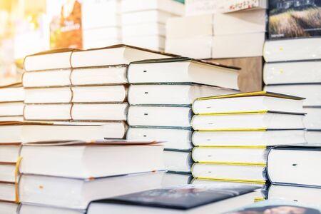 Étagère de librairie avec tas de nouveaux livres avec assiette vide rouge. Nouveautés en librairie. Présentation du livre. Espace de copie.