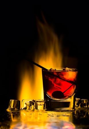 Cocktail mit Feuer und ein Eis