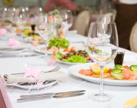 Moderne Geschirr und Gläser für eine Tabelle