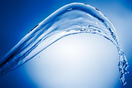 Water Splash auf blauem Hintergrund
