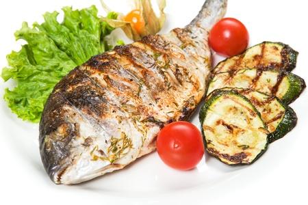 gegrillter Fisch mit Gemüse Standard-Bild