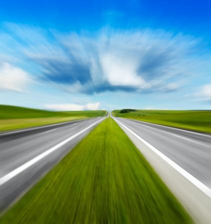 Bewegung verwischt Straße und bewölktem Himmel