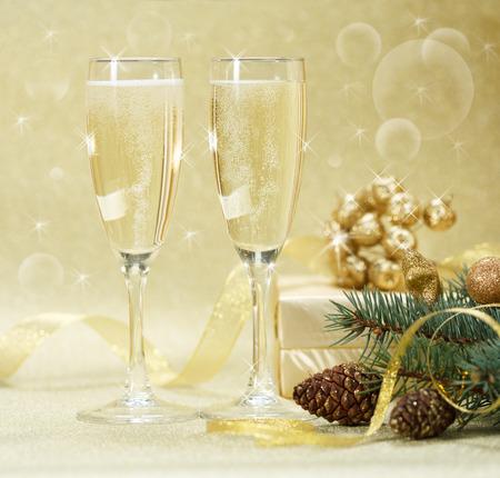 Zwei Gläser Champagner mit Geschenk-Boxen
