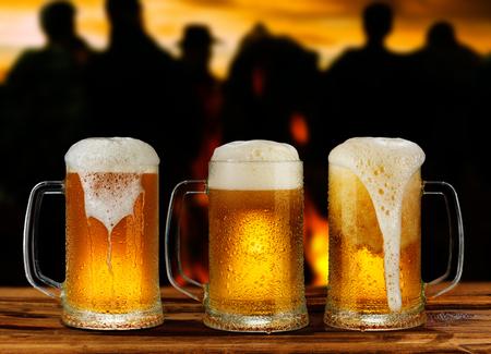 kaltes Glas Krug Bier mit Schaum auf dem Hintergrund der Straße Standard-Bild