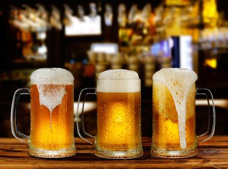 kaltes Licht Bierglas Becher in einem Pub