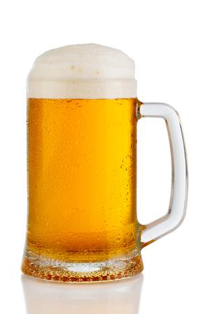 Kalter Becher Bier mit dem Schaum lokalisiert auf weißem Hintergrund Standard-Bild - 97833287
