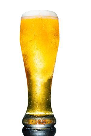 Glas Bier auf weißem Hintergrund