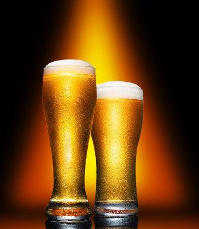 Set Glass of cold craft light beer on dark background. Standard-Bild