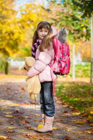 ni�os saliendo de la escuela: Praga, Rep�blica Checa - 01 de septiembre 2010 ni�a de primer grado con una mochila escolar y juguetes va a la escuela
