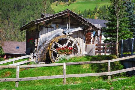 molino de agua: Rueda de madera de un antiguo molino de agua en Dolomiti