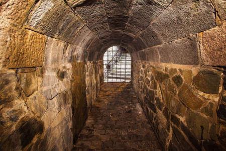 délivrance: Le tunnel médiévale avec une lumière à la fin