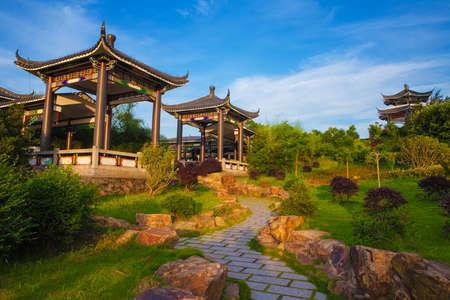 日本: 青い空と霧、トントウ島温州市、浙江省、中国で海辺の美しい古代寺院 写真素材