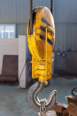 ingenieria industrial: Gancho industrial metálica para levantar algo pesado en la fábrica Foto de archivo