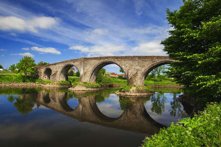 Old bridge with arches, turrets and buttresses crosses the Forth in Stirling, Scotland, scene of the historic Battle of Stirling Bridge where Scots led by William Wallace defeated the English in 1297. Stok Fotoğraf